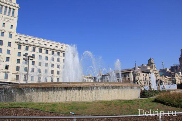 Вид на памятники у фонтана