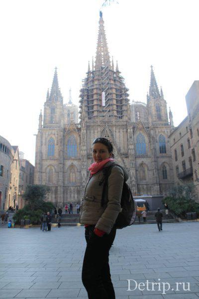 турист у собора святой евлалии