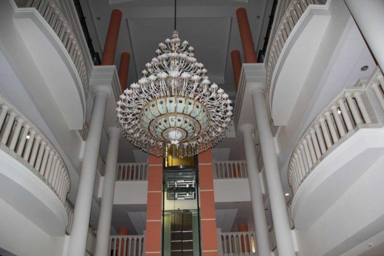 Знаменитая люстра в отеле